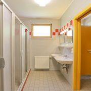 Waschraum mit Duschen / Bathroom and showers (Säge)